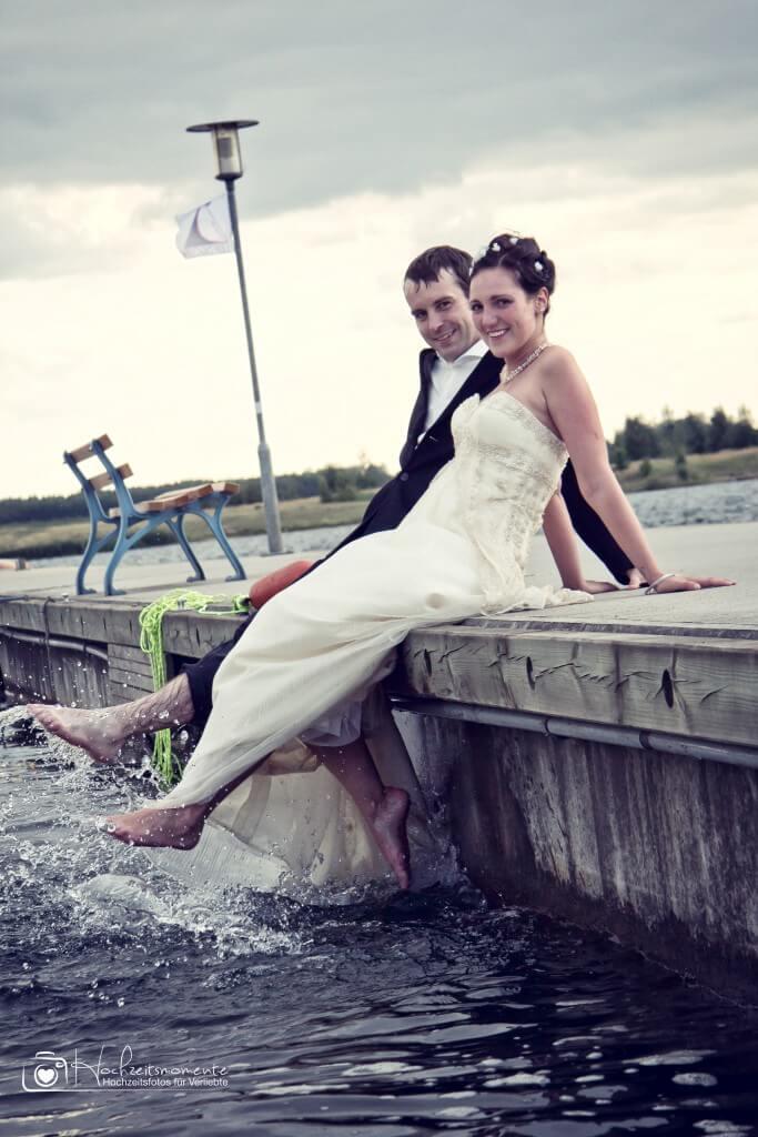 Ein Ehepaar plantscht im Wasser