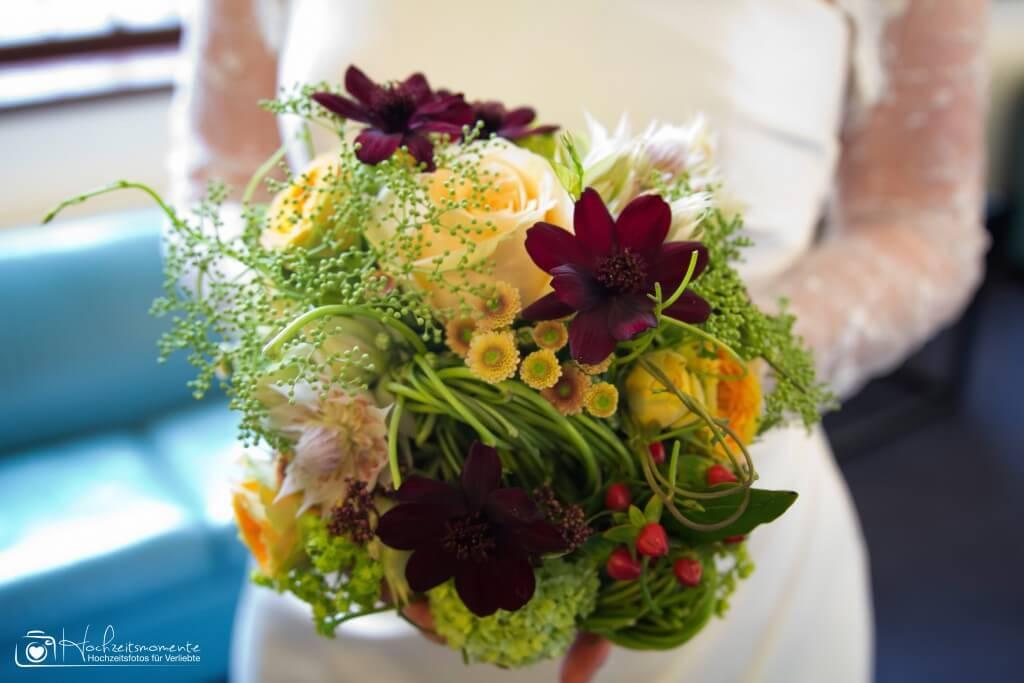 Ein Blumenstrauß einer Braut
