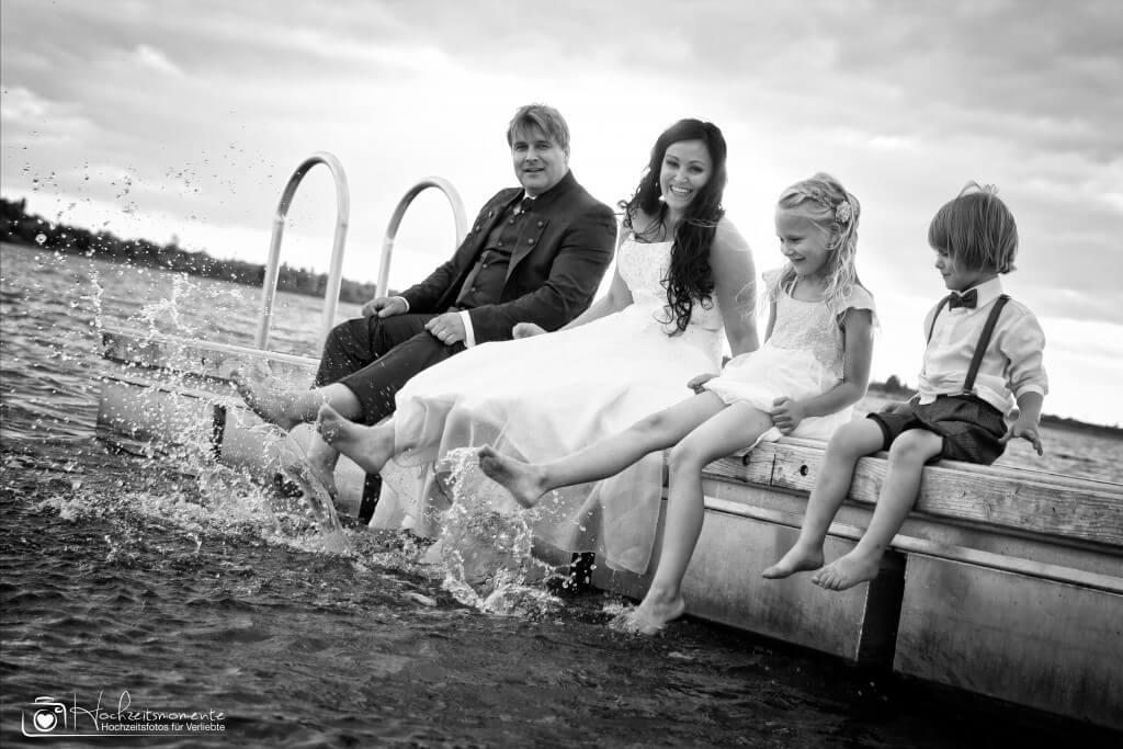 Ehepaar mit Kindern auf einem Steg
