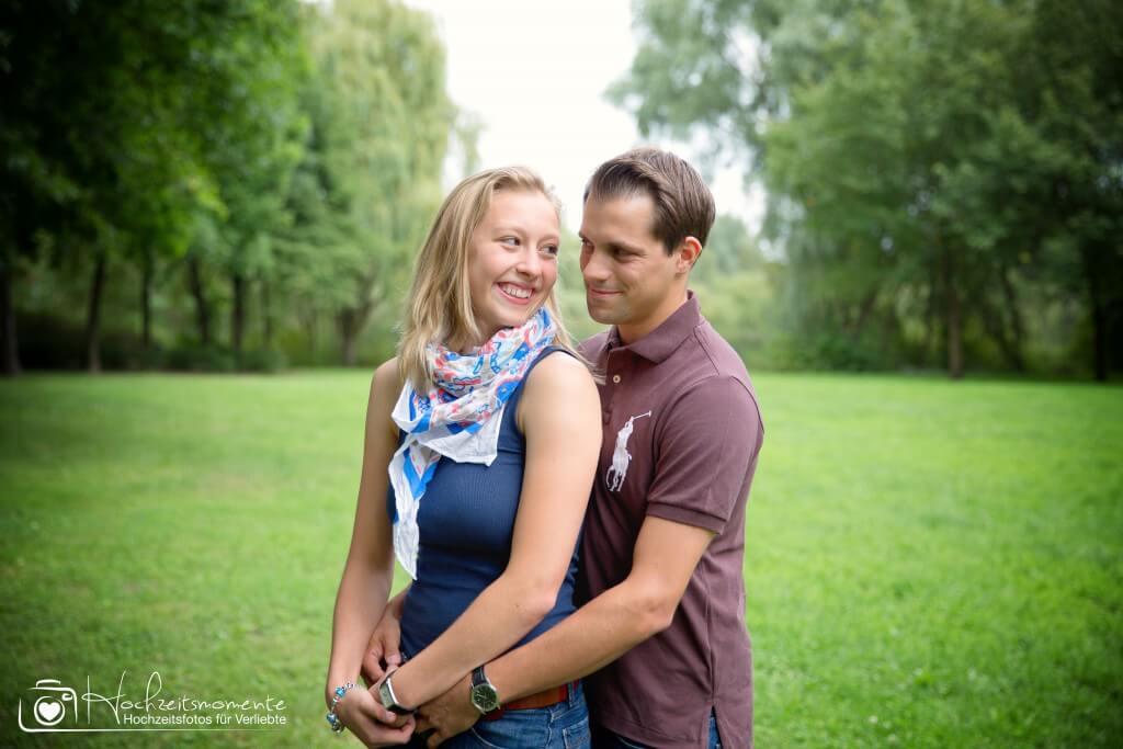 Glückliches Pärchen bei der Verlobung