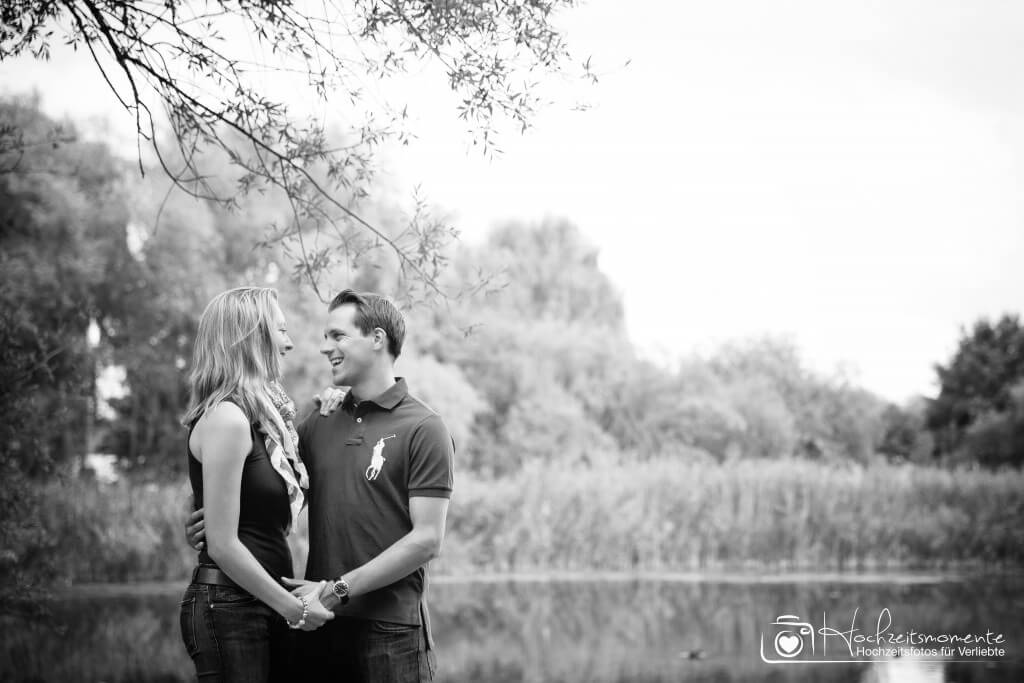Glückliches Strahlen bei den Verlobungsfotos