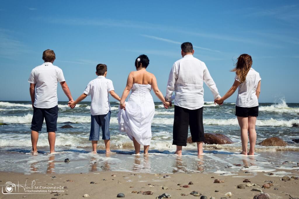 Familie nach der Ehe-Schließung im Meer
