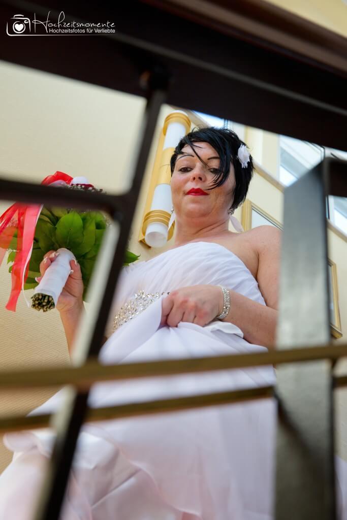 Eine Braut läuft die Treppe herunter