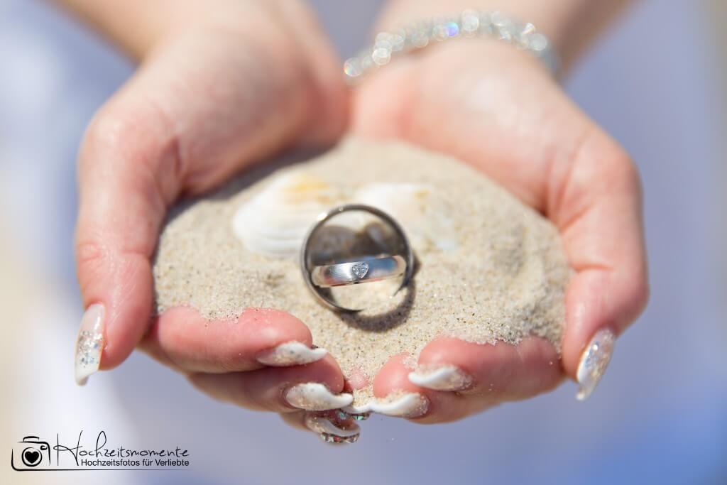 Ein Ring auf dem Sand der Ostsee
