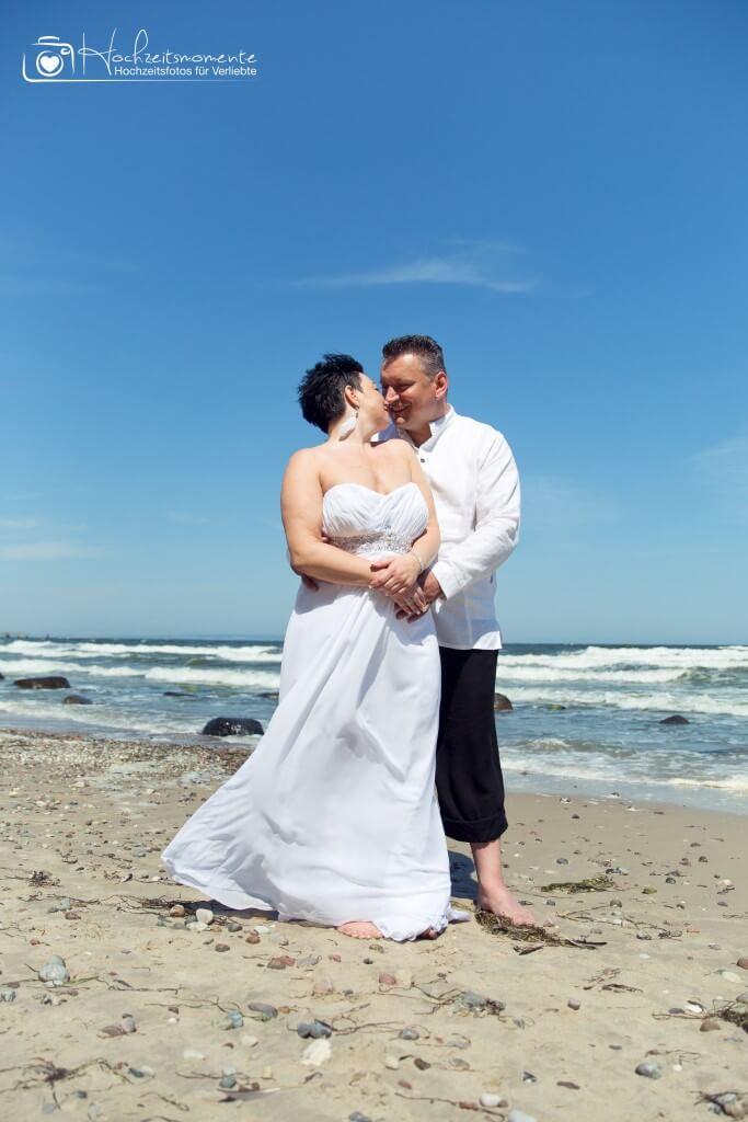 Ehemann und Ehefrau bei einer Hochzeitsfotoreportage an der Ostsee