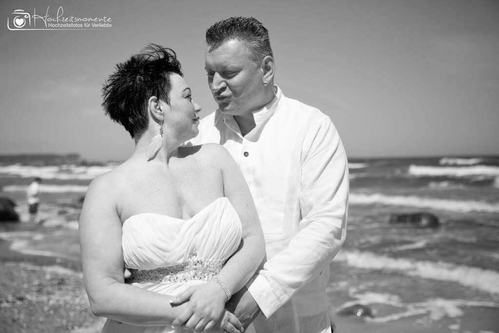 Liebevoller Blick auf einem Hochzeitsfoto Ostsee