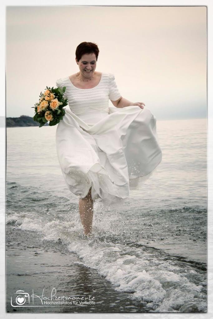 Braut läuft am Ostseestrand