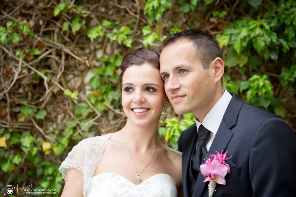 Strahlendes Lächeln einer Braut mit Bräutigam