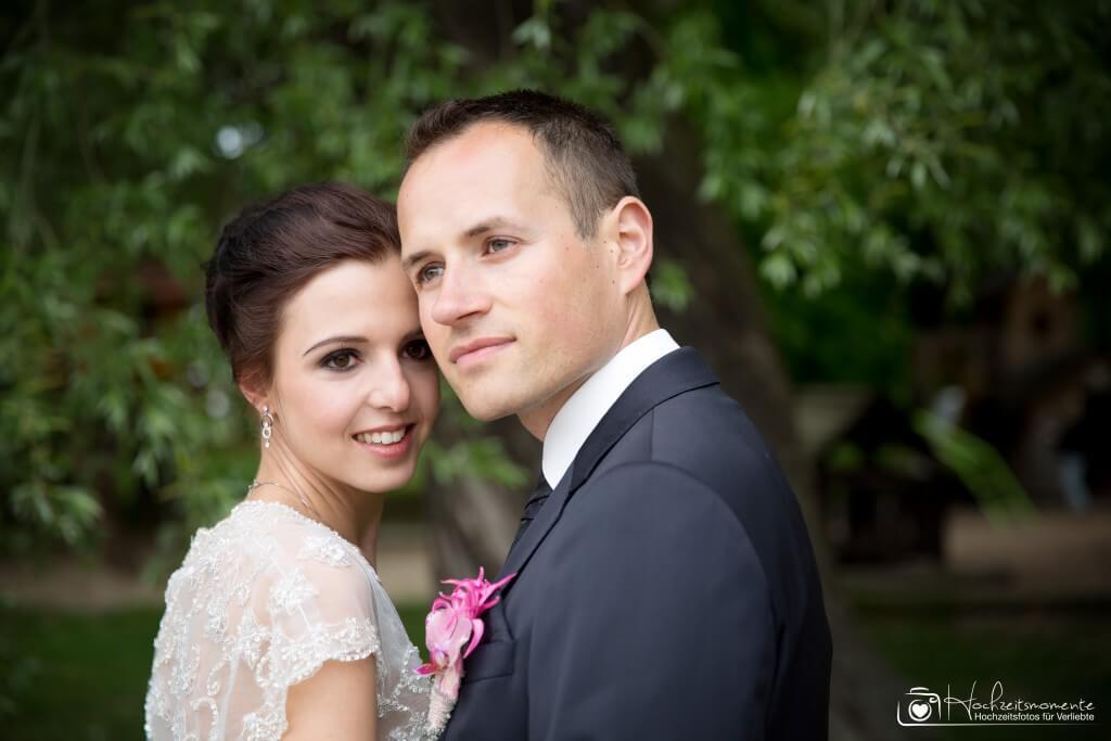 Verträumter Blick an der Kamera vorbei bei einem Hochzeitsfotoshooting