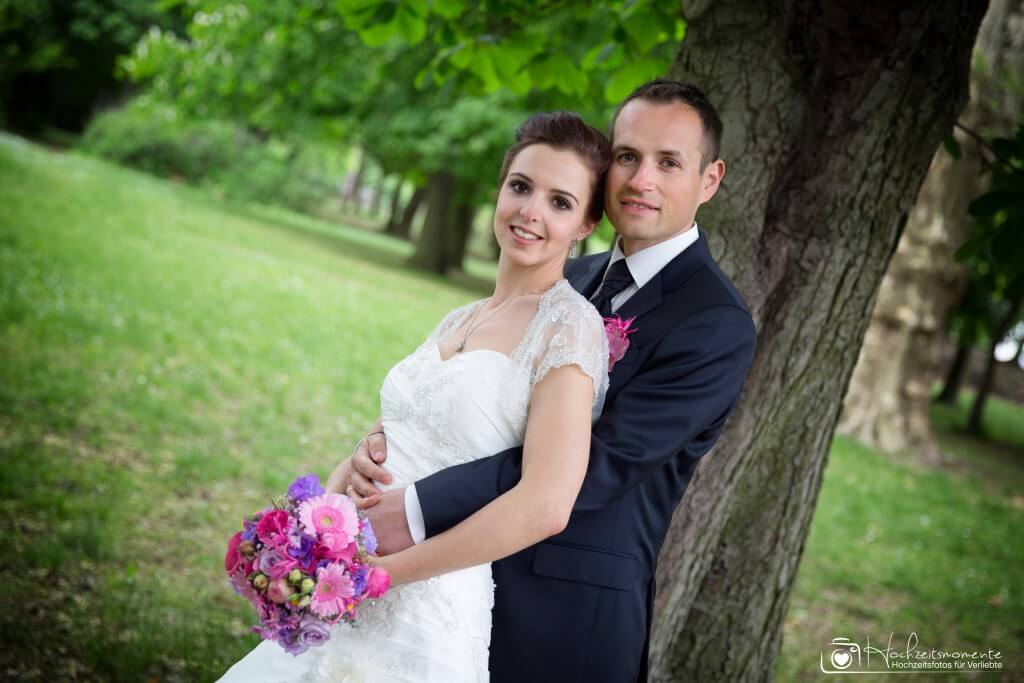 Bräutigam umarmt die Braut auf einem Hochzeitsfoto in Rostock