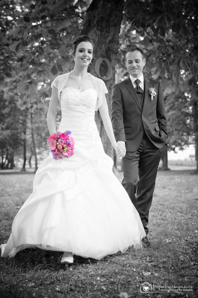 Ein Bild eines Brautpaares in Schwarz-Weiß aufgenommen.