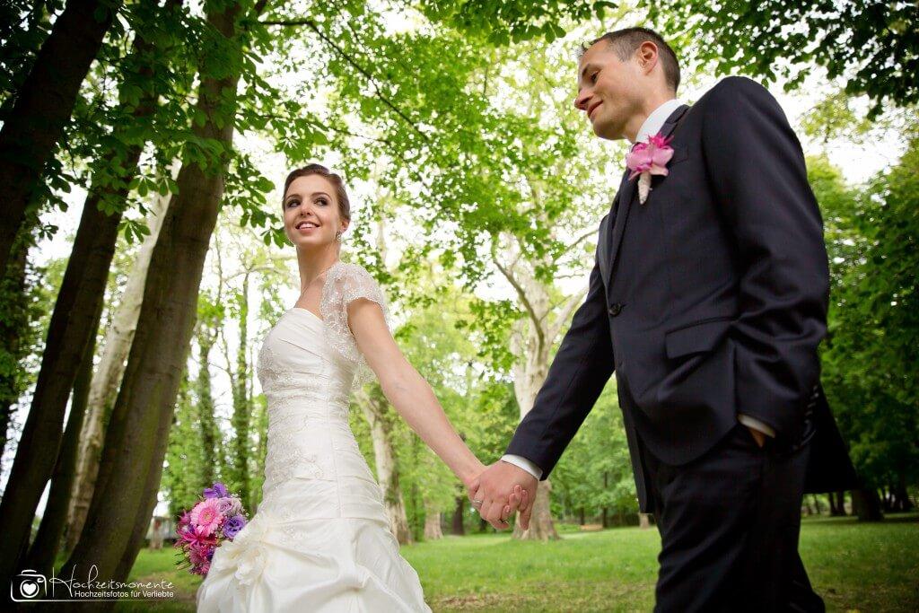 Braut und Bräutigam halten Händchen