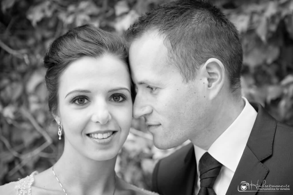 Ehemann schaut Ehefrau romantisch an