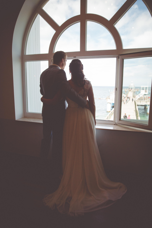 Brautpaar hört den Hochzeitsglocken während der Trauung zu,