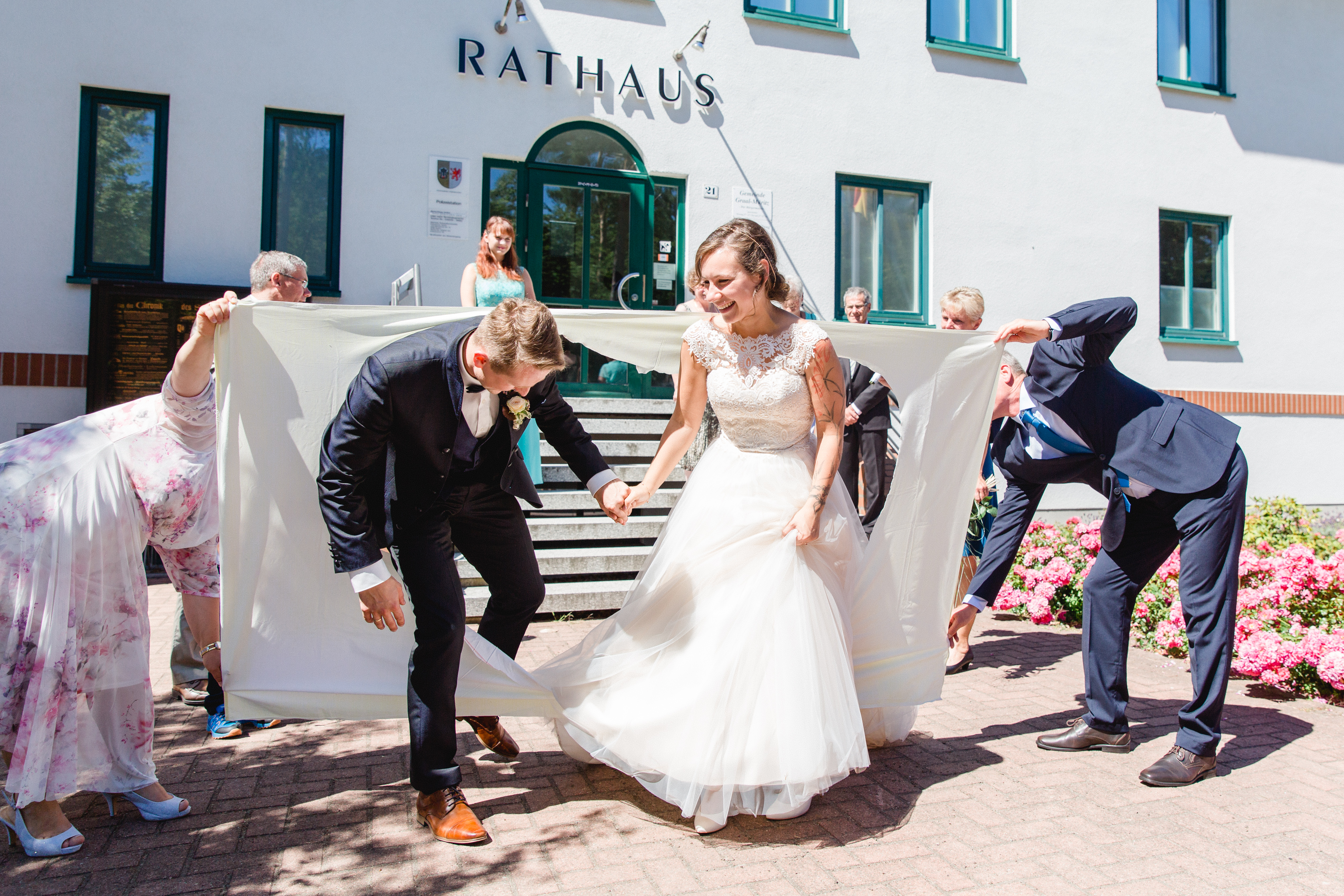 Brautpaar nach der Trauung im Standesamt Graal-Müritz.