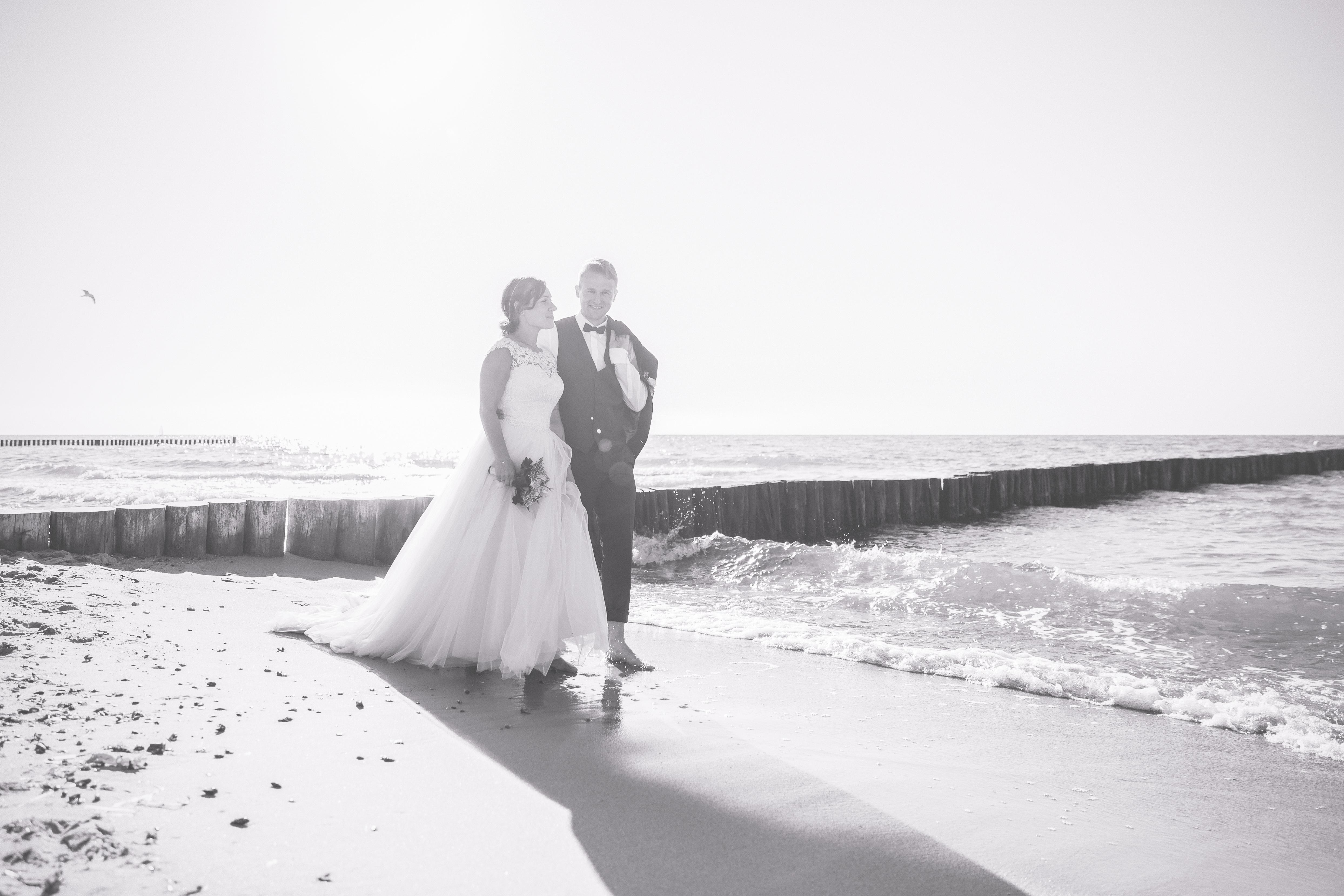 Brautpaar beim Fotoshooting am Strand.