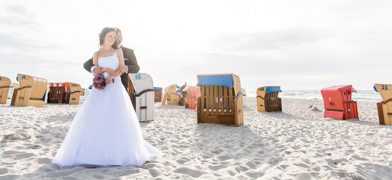 Brautpaar am Strandkorb in Dierhagen