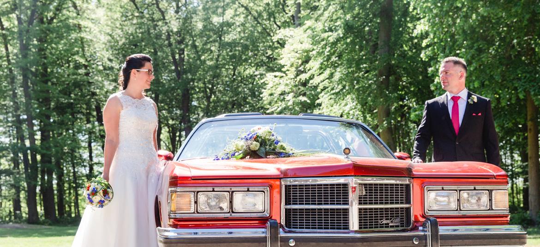 Hochzeitsauto vor dem Standesamt Gelbensande