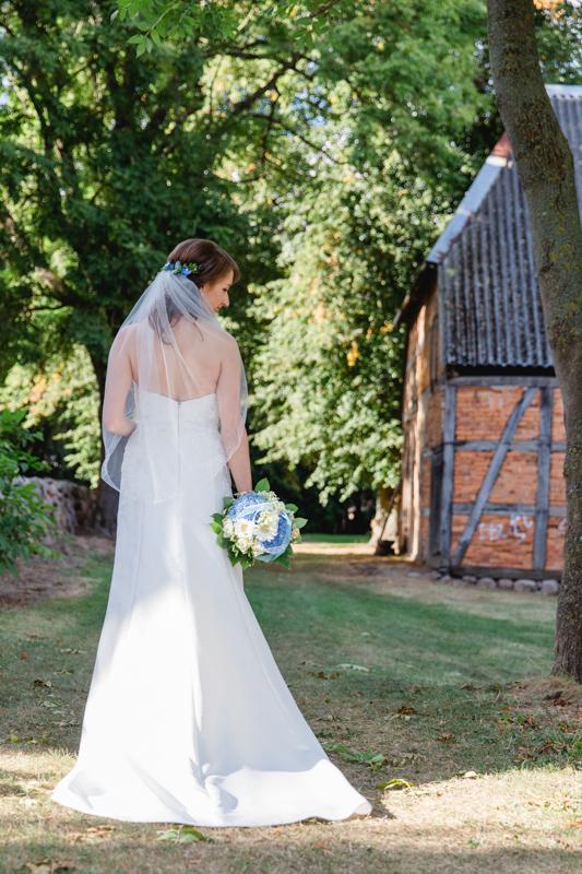 Braut in einem Park bei Gnoien