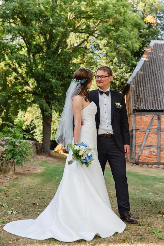 Brautpaar in einem Park bei Gnoien