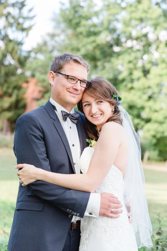 Verliebtes Brautpaar beim Fotoshooting