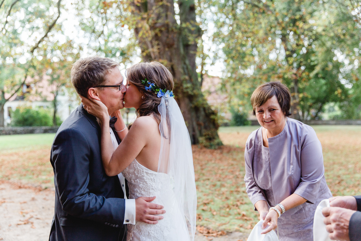 Hochzeitskuss vor der Kirche