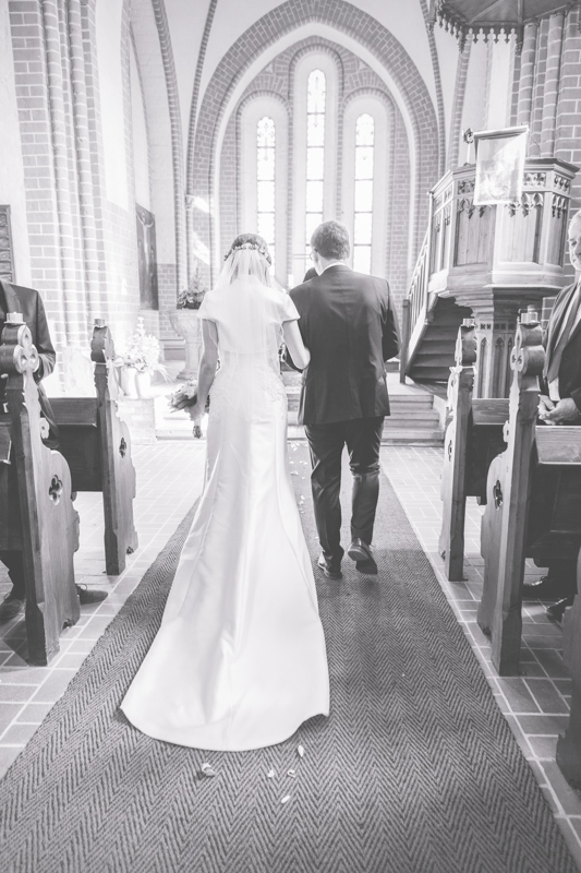 schwarz weißes Hochzeitsbild Kirche