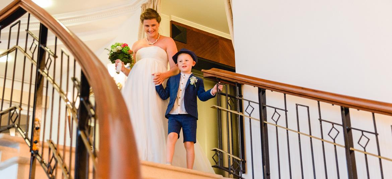 Braut kommt die Treppe runter