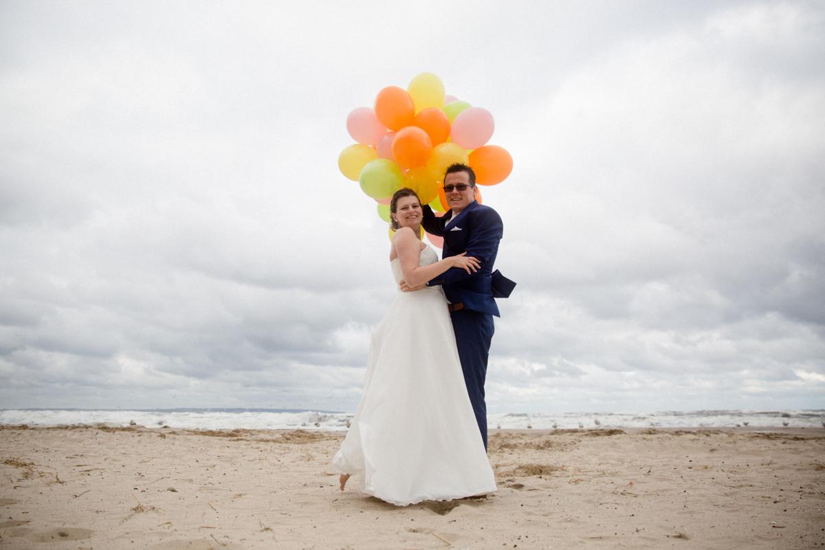 Hochzeitsfotos am Strand mit Luftballons