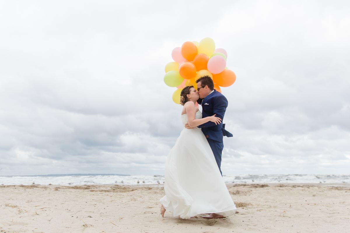 Hochzeitsfotos Strand mit Luftballon