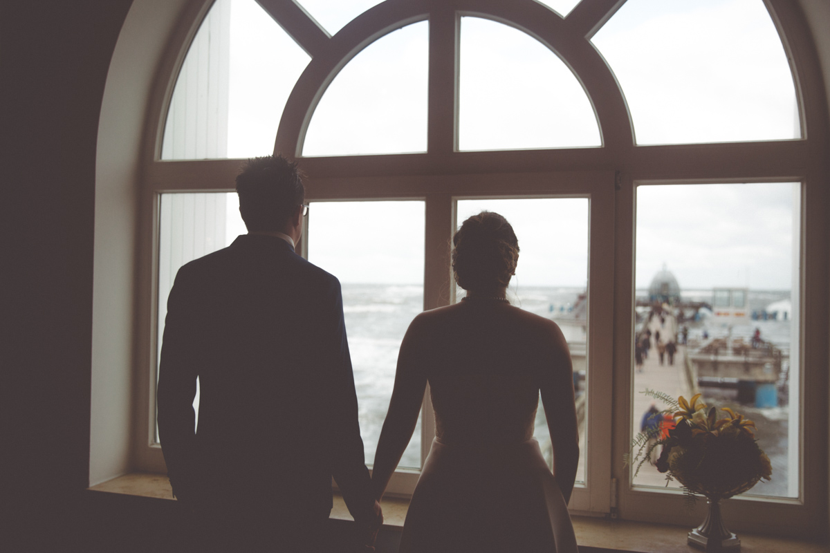 Hochzeitsglocken läuten während der Trauung