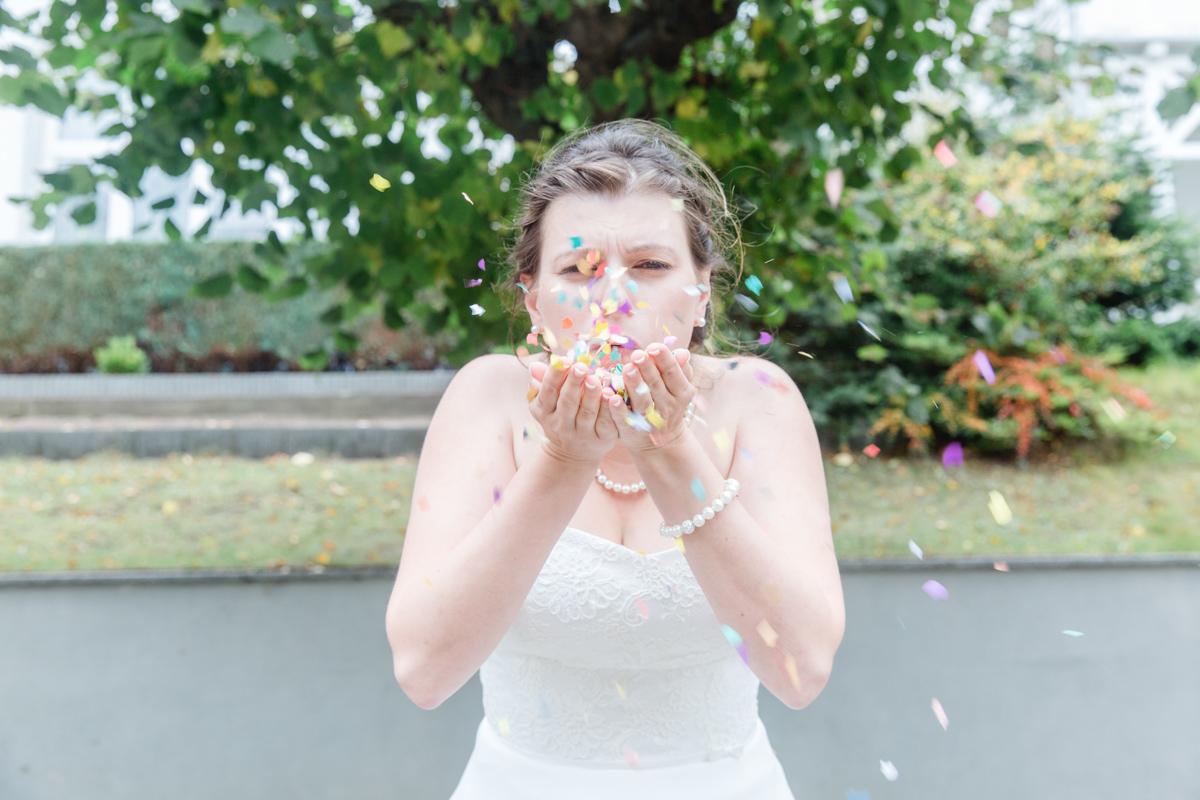 Braut mit Konfetti