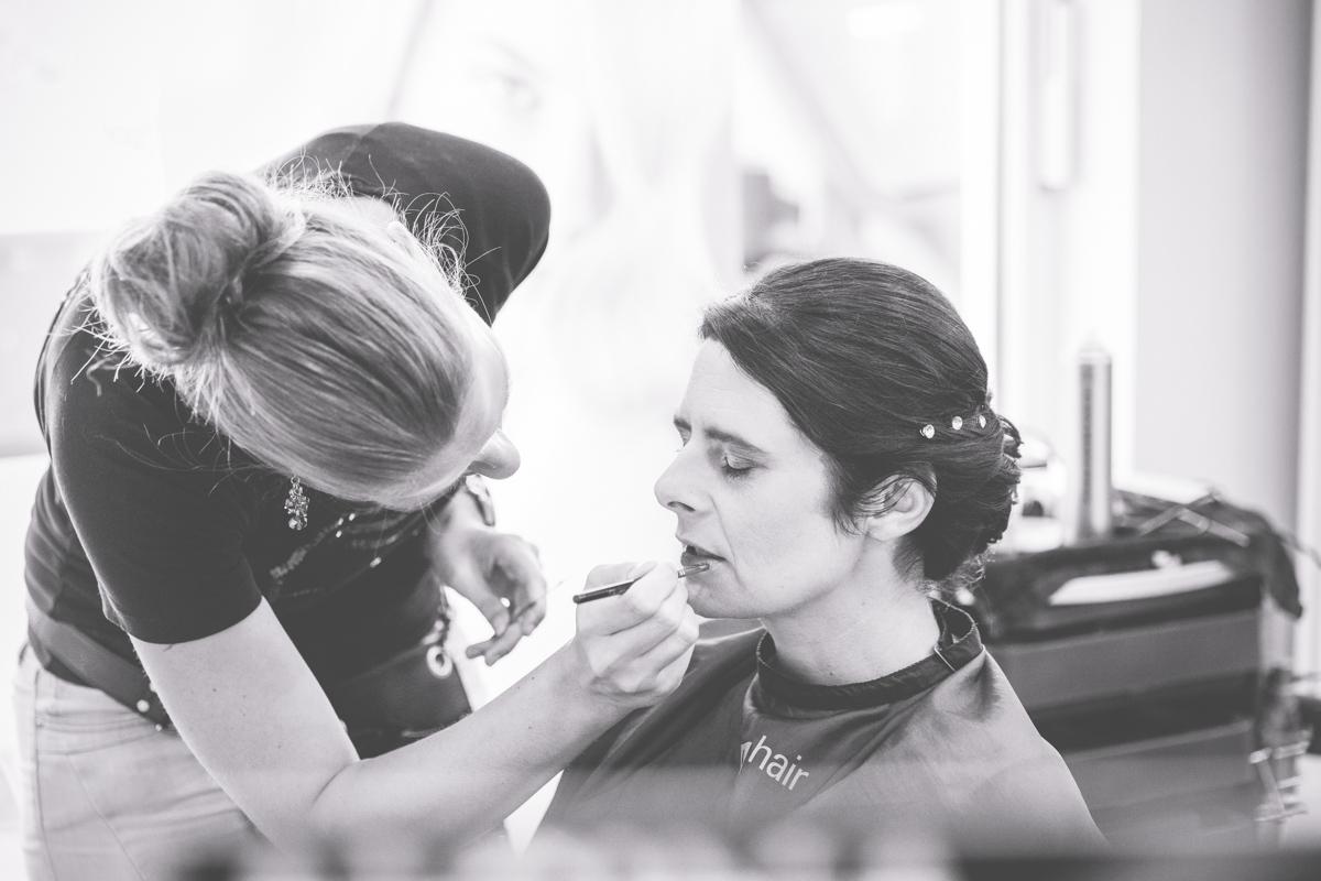 Braut bekommt Lippenstift