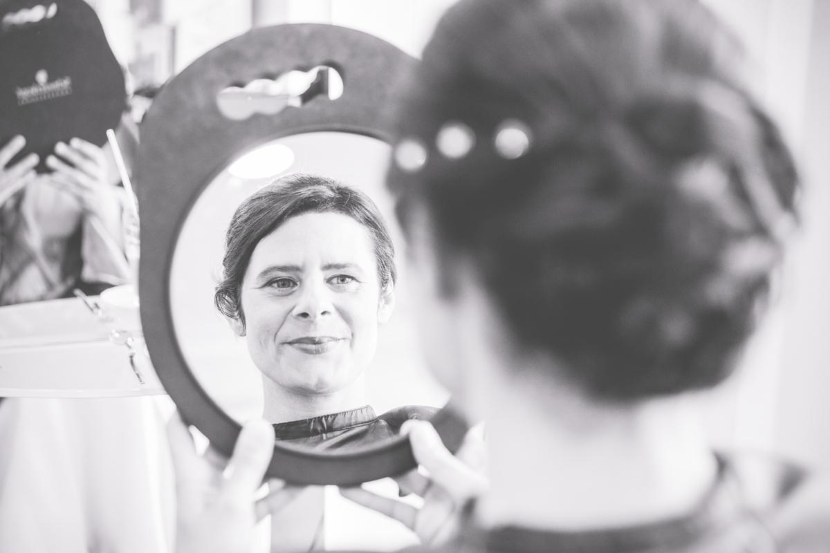 Braut sieht sich im Spiegel