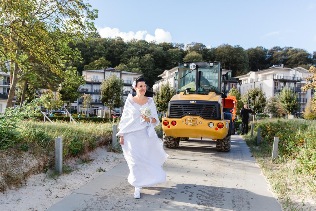 Braut kommt zum Standesamt Binz