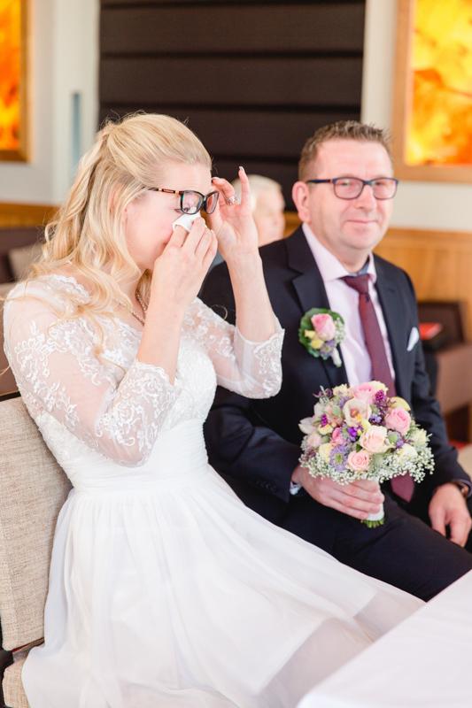 weinende Braut bei der Trauung