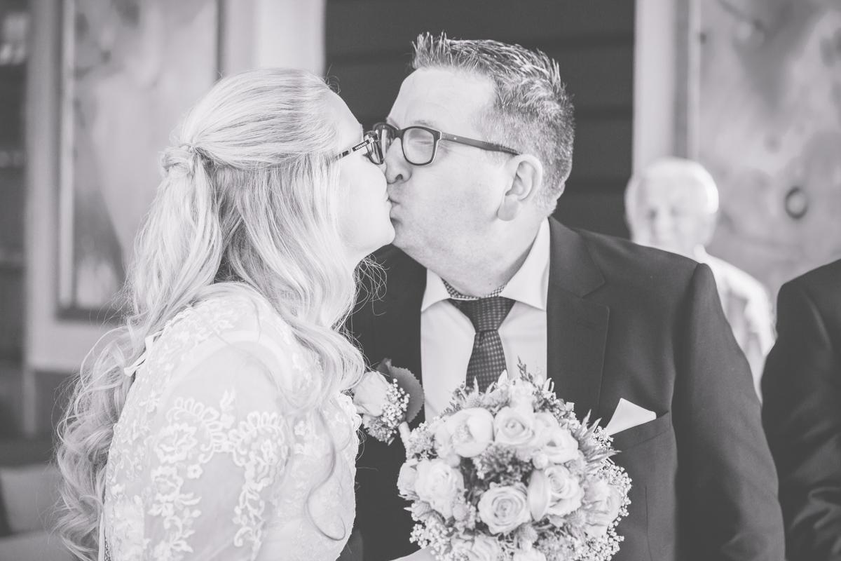 Hochzeitsfoto vom Kuss