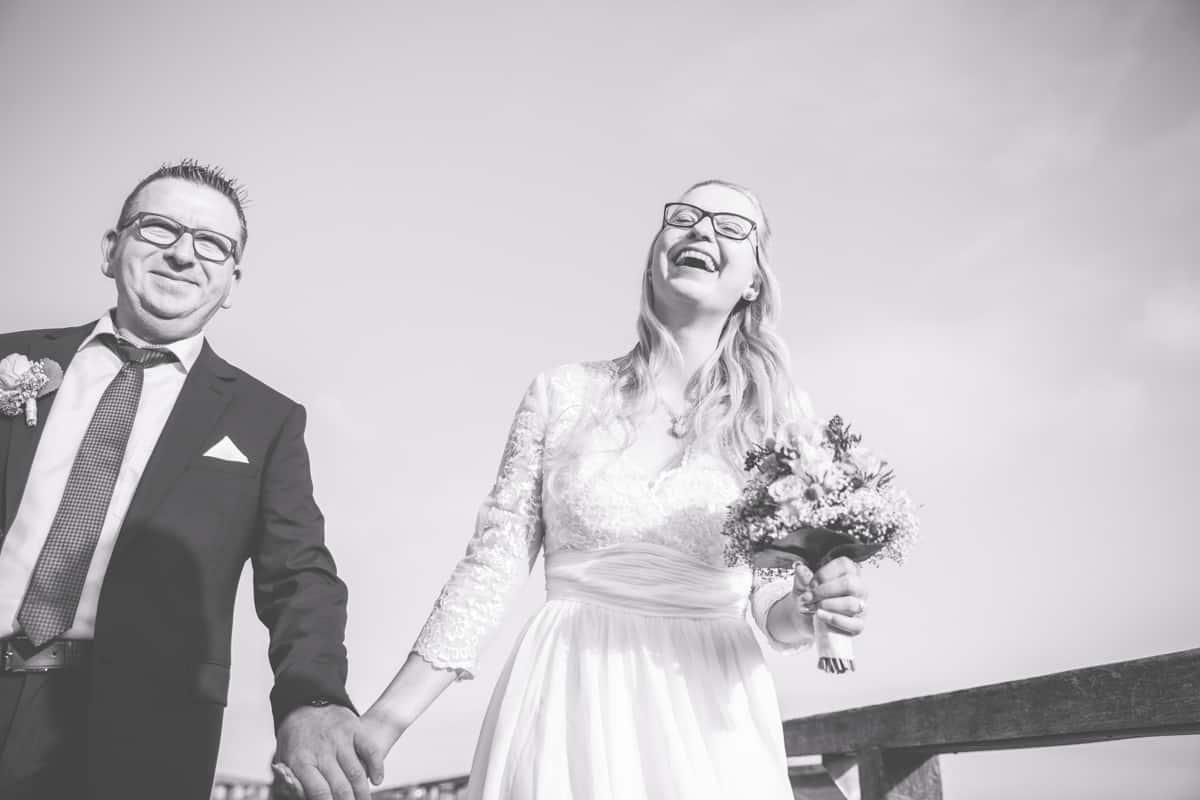 lachendes Brautpaar beim Fotoshooting