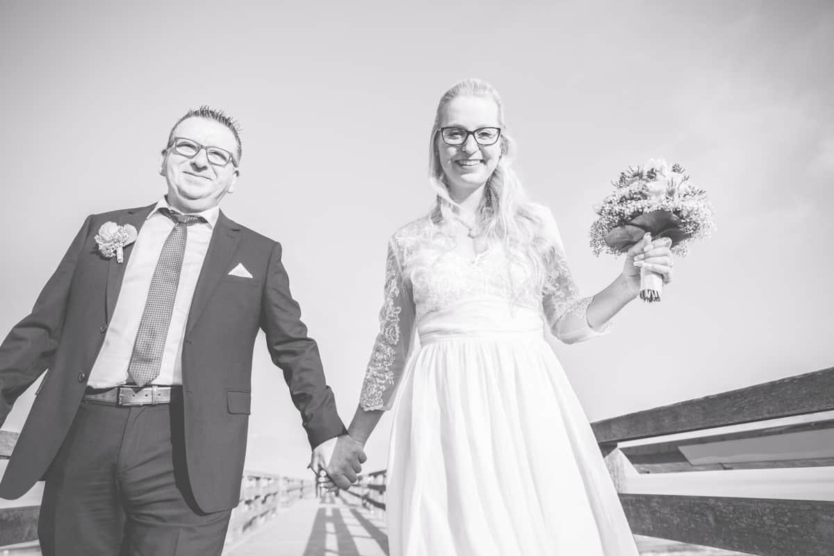 Brautpaar auf der Seebrücke von Boltenhagen