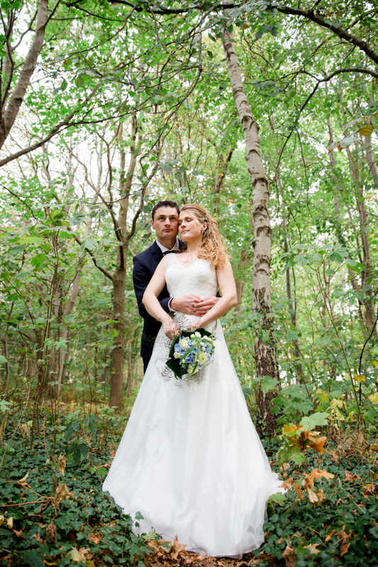 Shooting mit Paar im Wald