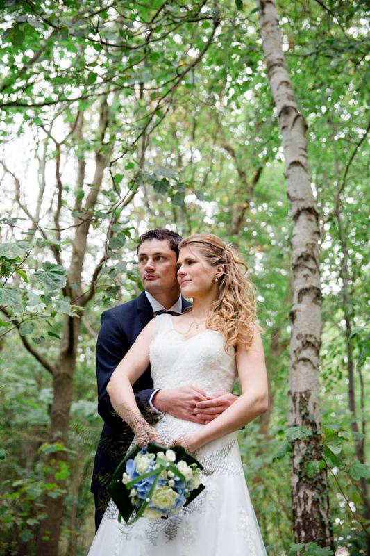 Ausgefallene Brautpaarfotos im Wald