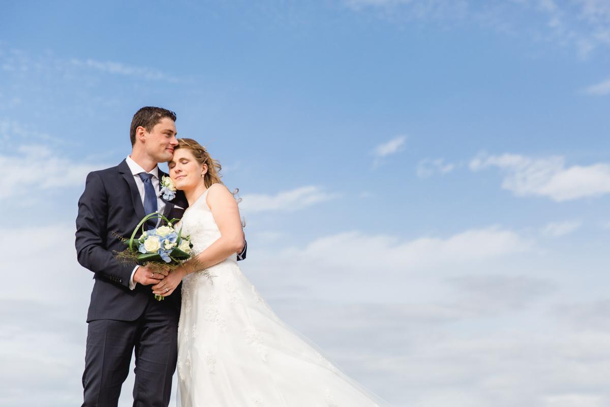 Verliebtes Prautpaar mit blauem Himmel