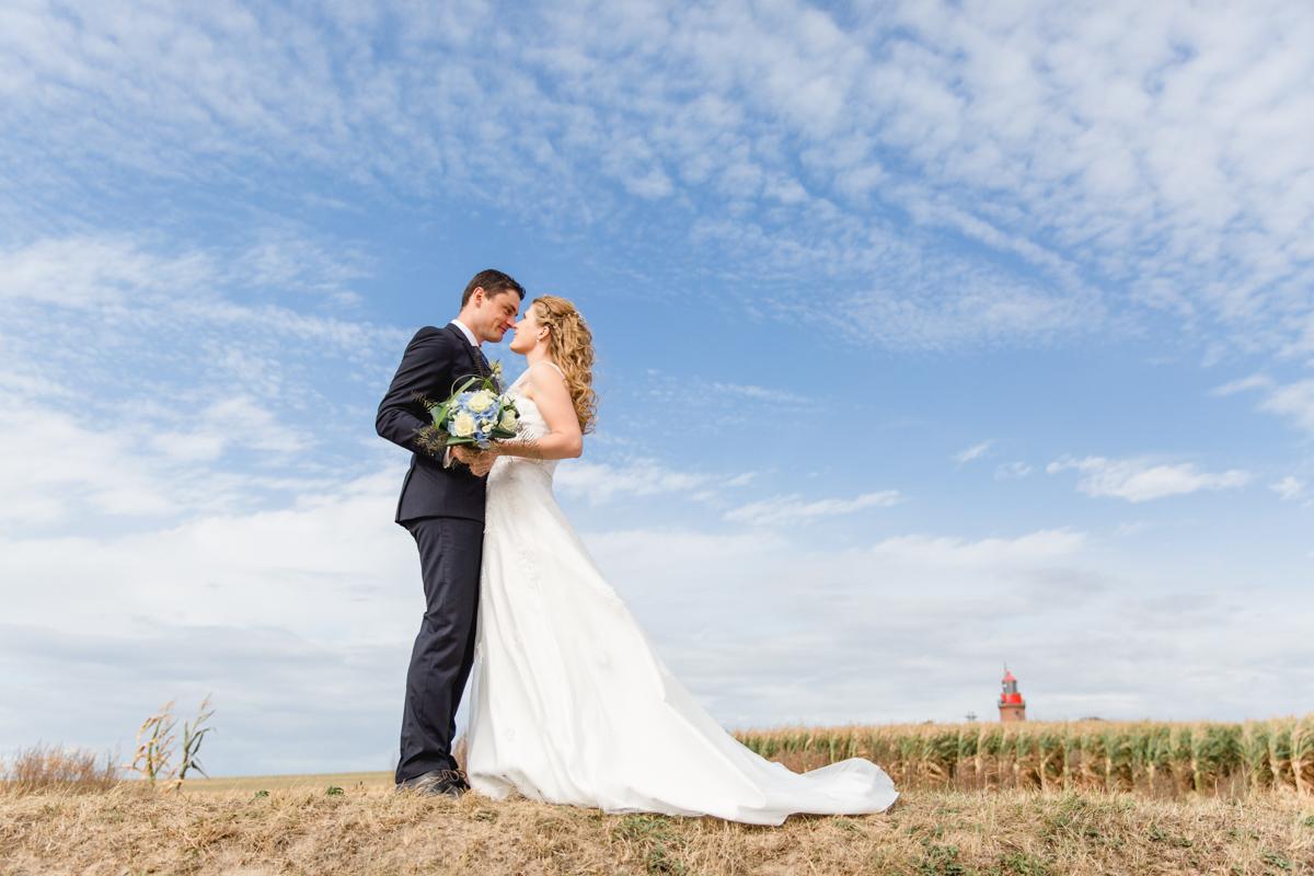 Brautpaarfotoshooting mit blauem Himmel