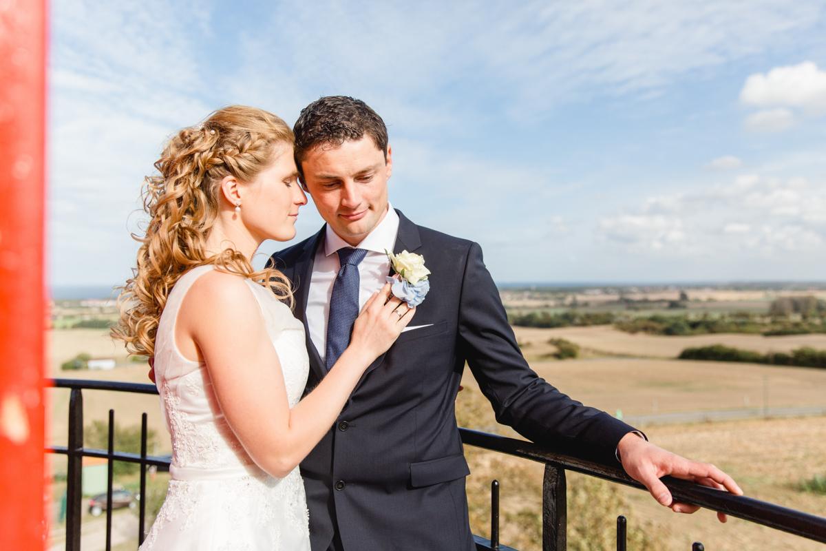 Verliebtes Brautpaar auf einem Turm