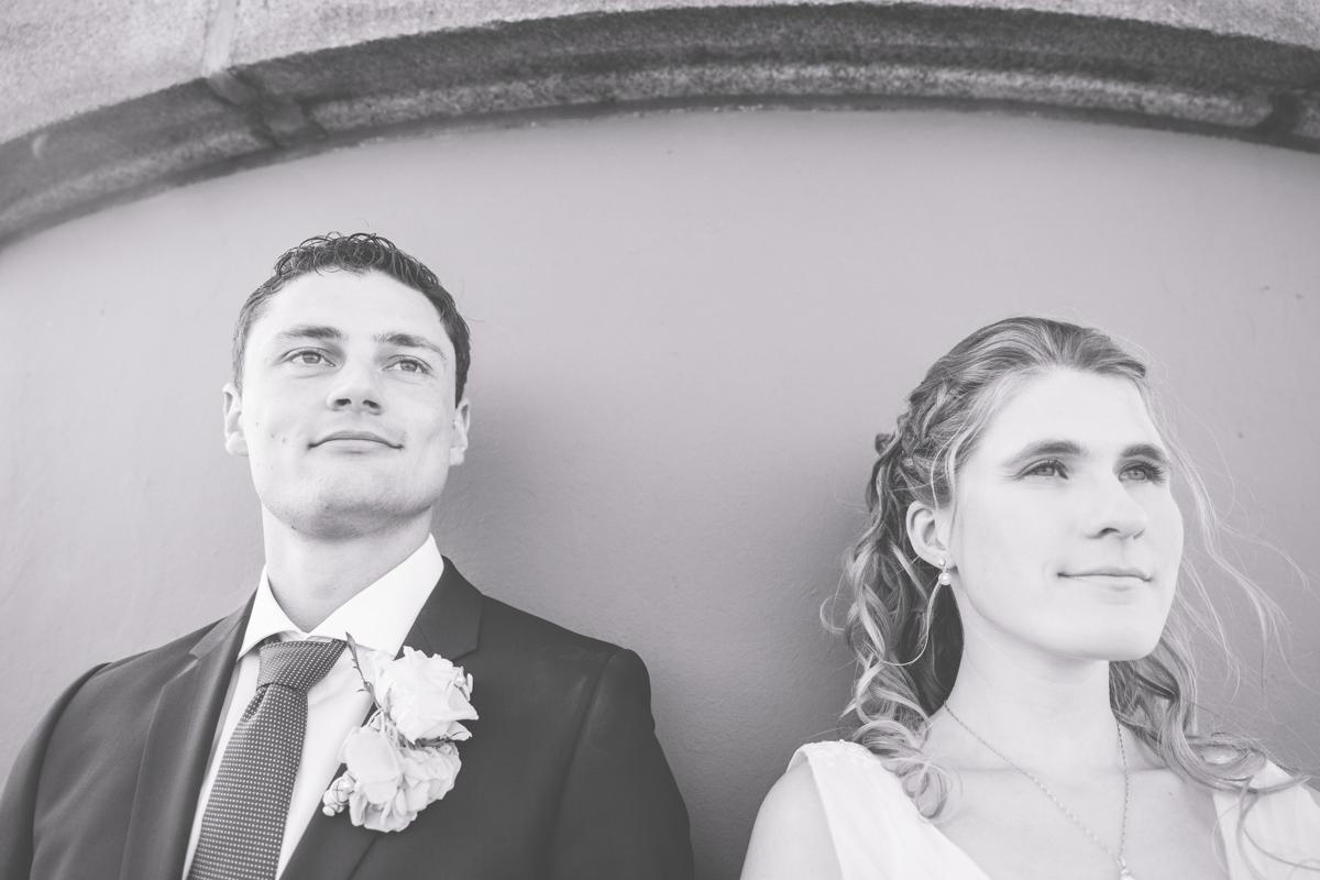 Portraitaufnahme des Brautpaares in schwarz weiß