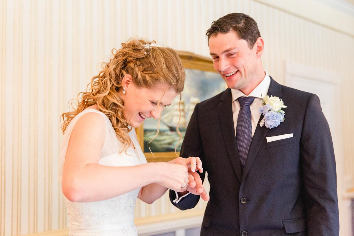 Brautpaar während der Trauung in Kühungsborn