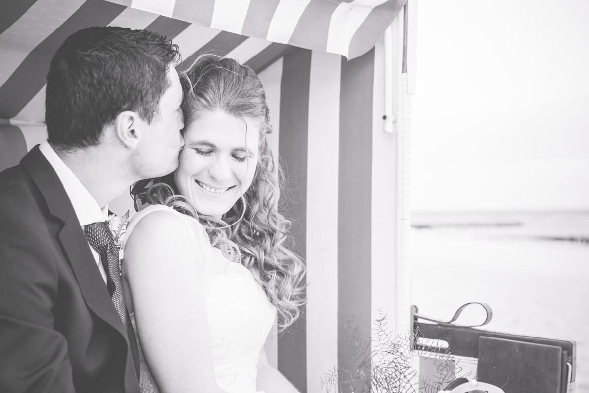 Brautpaar im Strandkorb in schwarz weiß