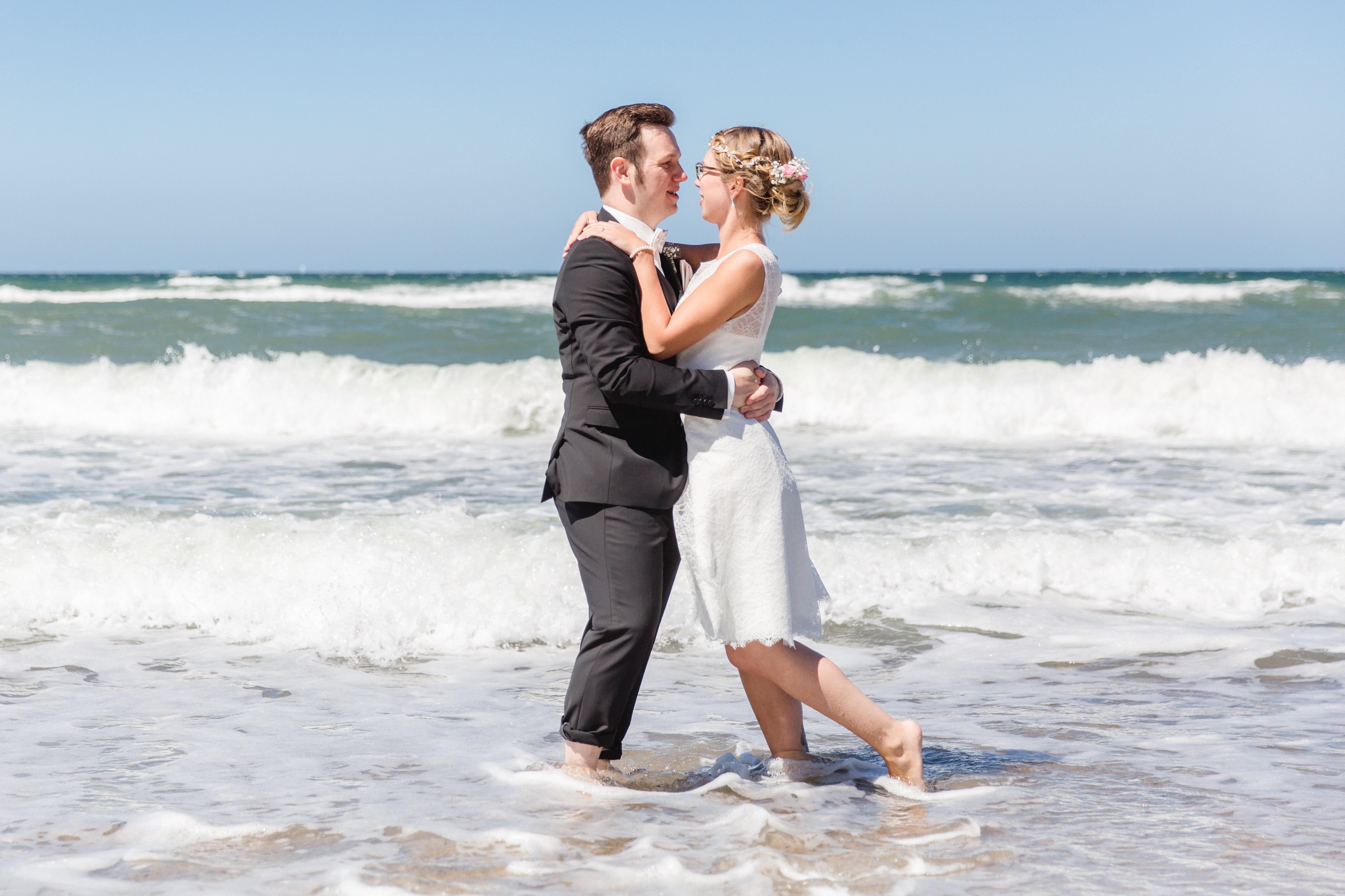 Brautpaar beim Fotoshooting in der Ostsee.