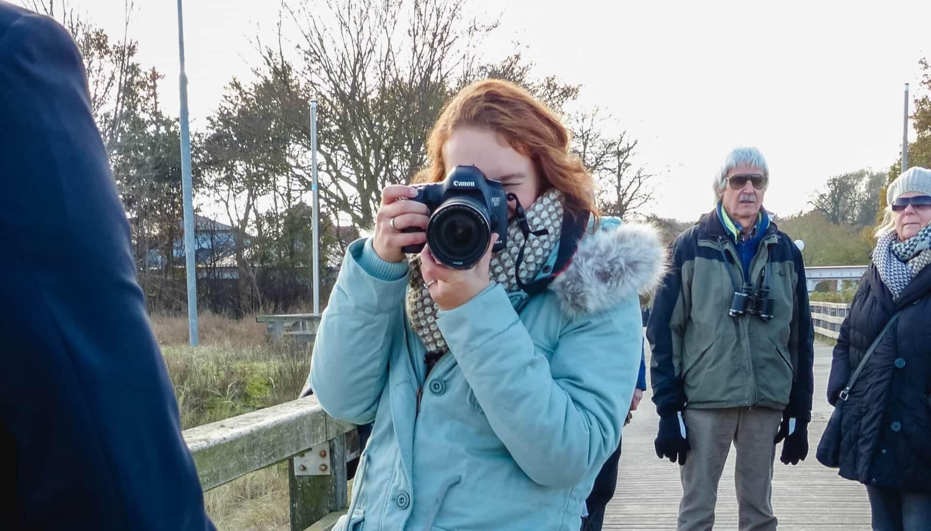 Die Hochzeitsfotografin mit ihrer Kamera