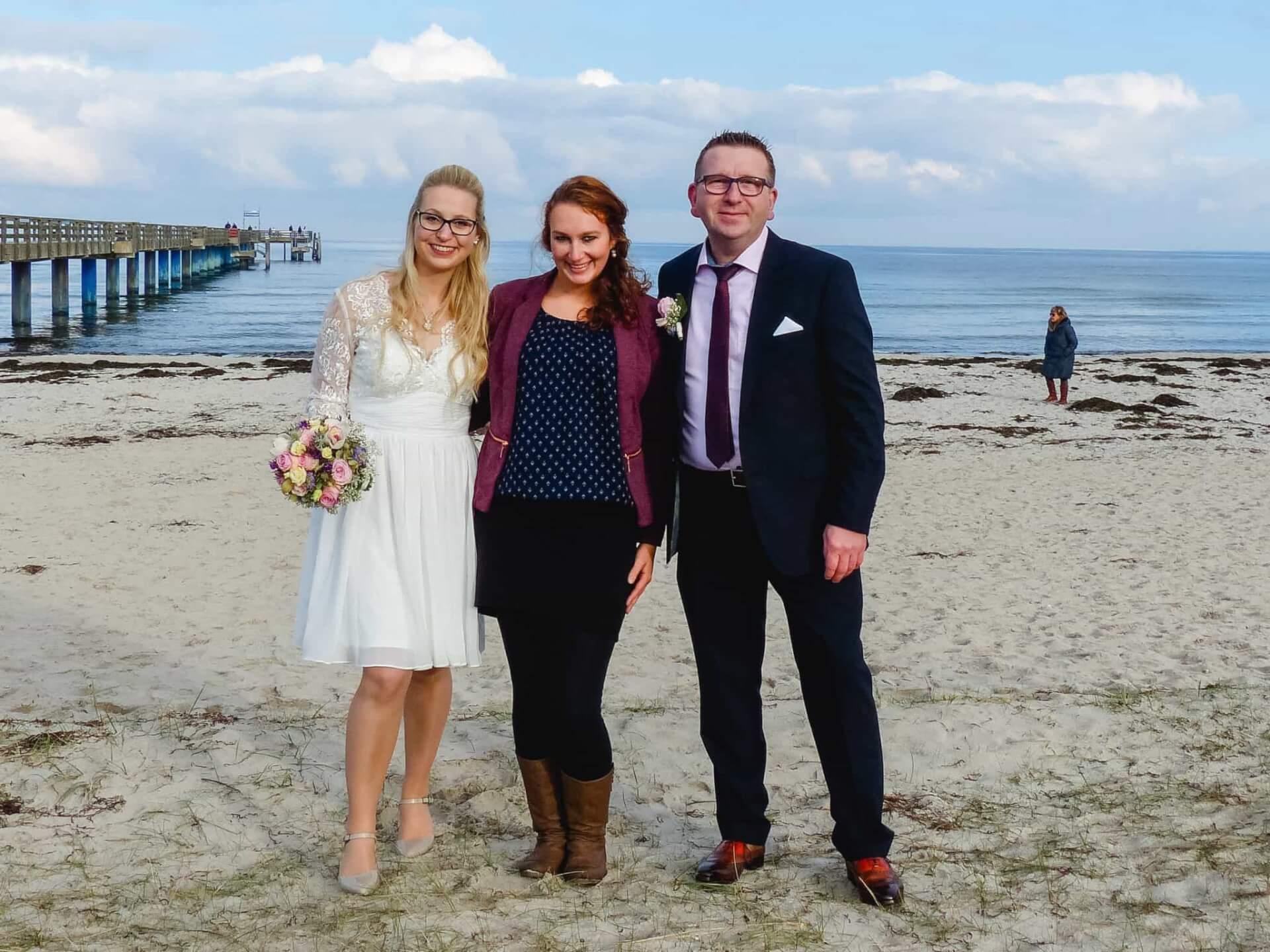 Hochzeitsfotografin zusammen mit dem Brautpaar